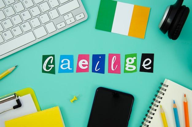 Irland-schriftzug neben irland flagge
