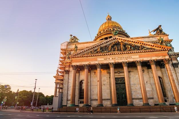 Isaakskathedrale am sommerabend in sankt petersburg