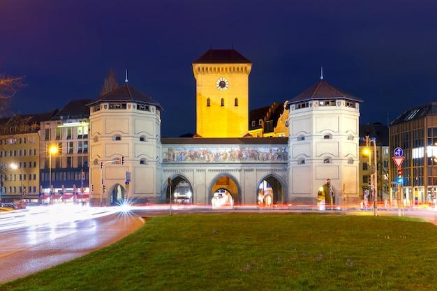 Isartortor bei nacht, münchen, deutschland