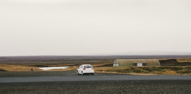 Isländische einsame straße in wildem gebiet mit niemand in sicht