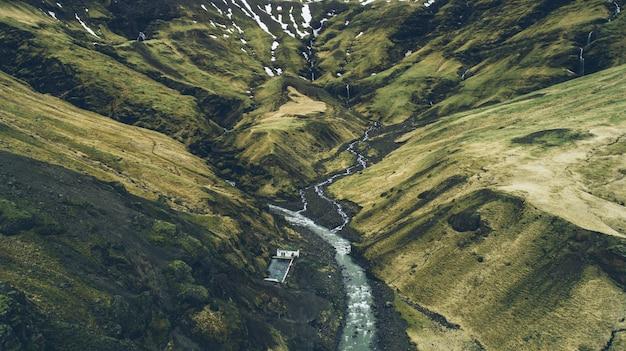 Isländische grüne hügel und panoramen