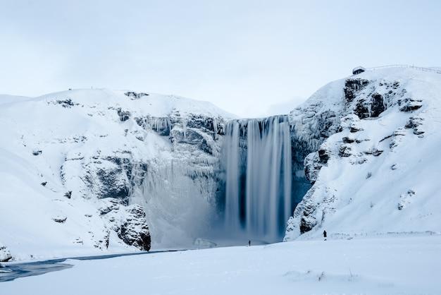 Isländischer gefrorener wasserfall