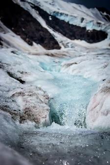 Isländischer gletscher mit blauem bruch