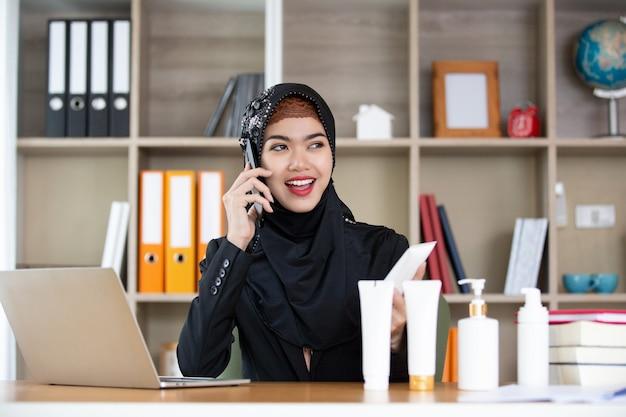 Islam frau mit produktshow während der arbeit live online zu hause.