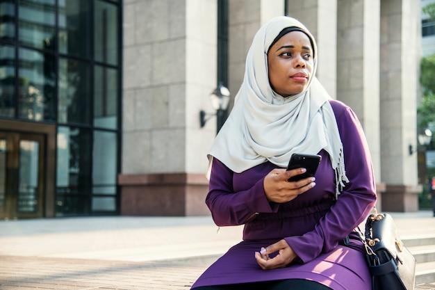 Islamische frau, die auf jemanden wartet