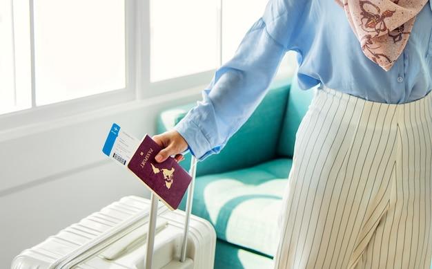 Islamische frau, die sich vorbereitet zu reisen