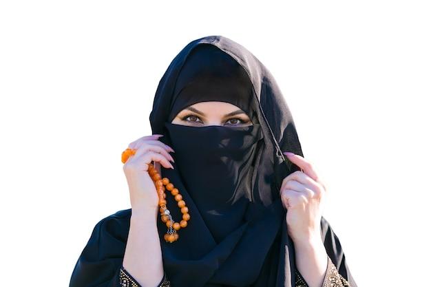 Islamische frau in traditioneller kleidung auf weißem hintergrund. isoliert.,