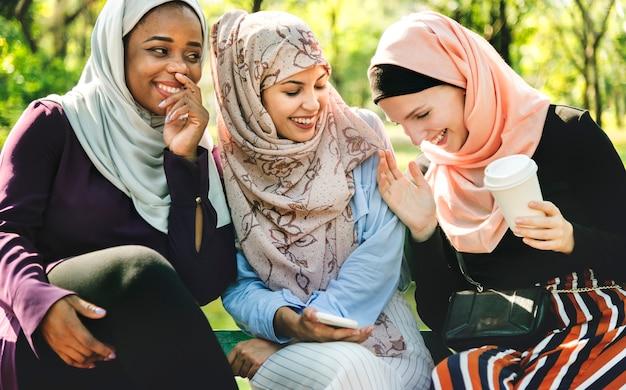 Islamische freundinnen, die spaß sprechen und haben