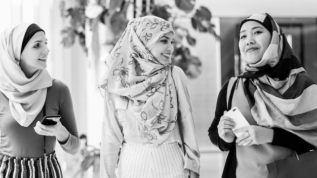 Islamische freundinnen, die zusammen am wochenende einkaufen