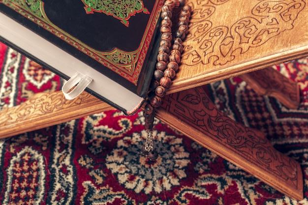 Islamische heilige schrift auf holztisch