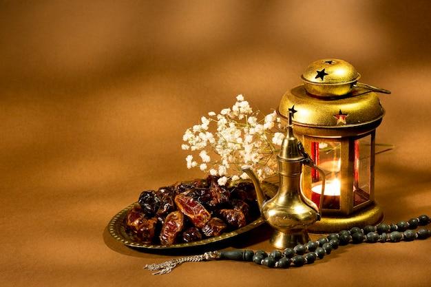 Islamische laterne mit getrockneten datteln