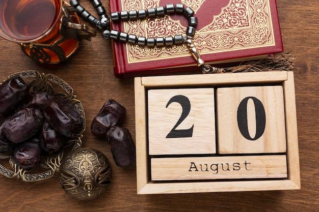 Islamische neujahrsdekoration mit betenden perlen auf koran