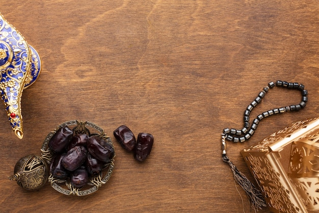 Islamische neujahrsdekoration mit betenden perlen und datteln