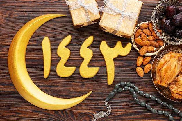 Islamische neujahrsdekoration mit betenden perlen und mond symbol