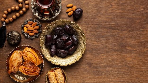 Islamische neujahrsdekoration mit betenden perlen und snacks