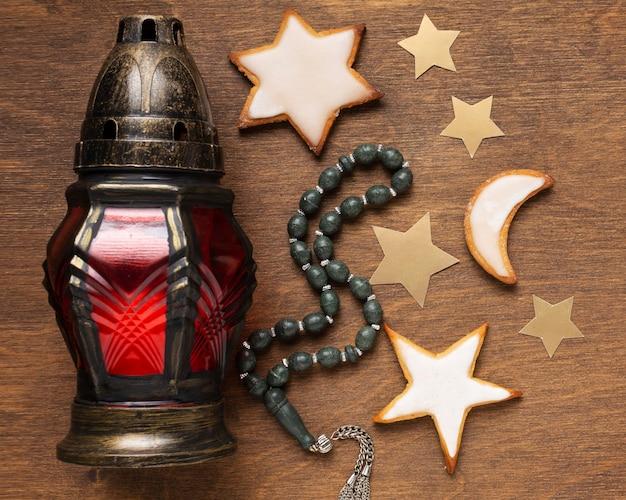 Islamische neujahrsdekoration mit gebetsperlen und arabischer lampe