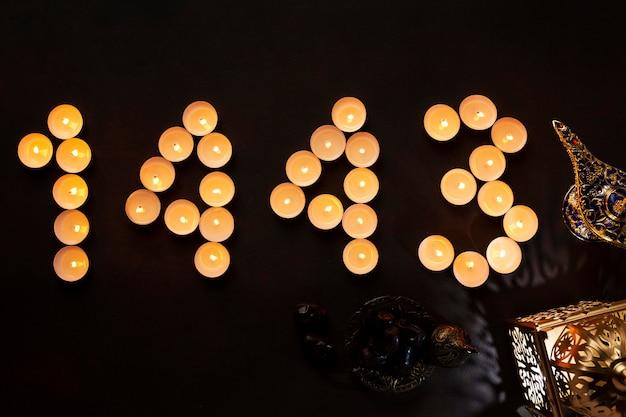 Islamische neujahrsdekoration mit nummer aus kleinen kerzen