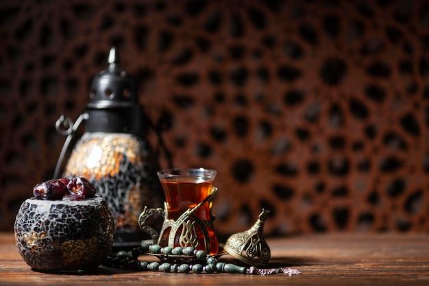 Islamische neujahrsdekoration mit tee und datteln