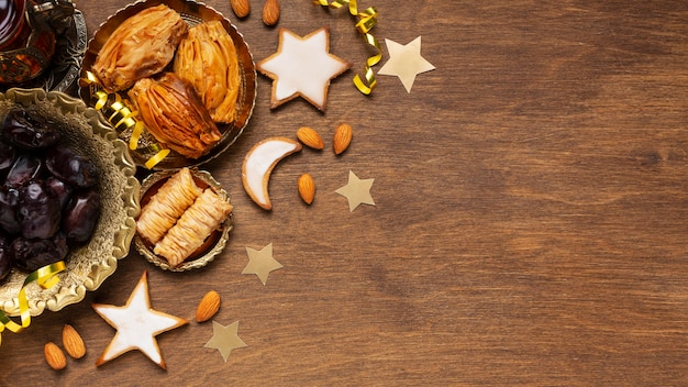 Islamische neujahrsdekoration mit traditionellem essen und keksen
