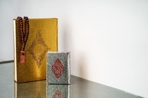 Islamischer koran des heiligen buches mit gebetsperlen