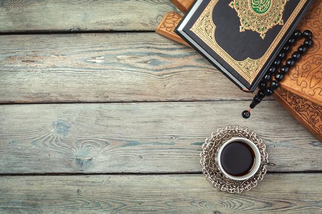 Islamischer quran der heiligen schrift mit rosenkranz. ramadan-konzept