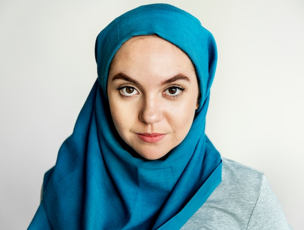Islamisches frauenporträt, das kamera betrachtet