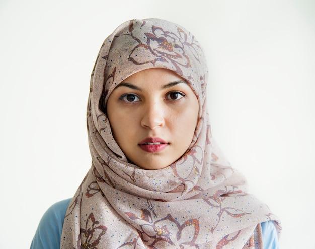 Islamisches frauenportrait, das kamera betrachtet