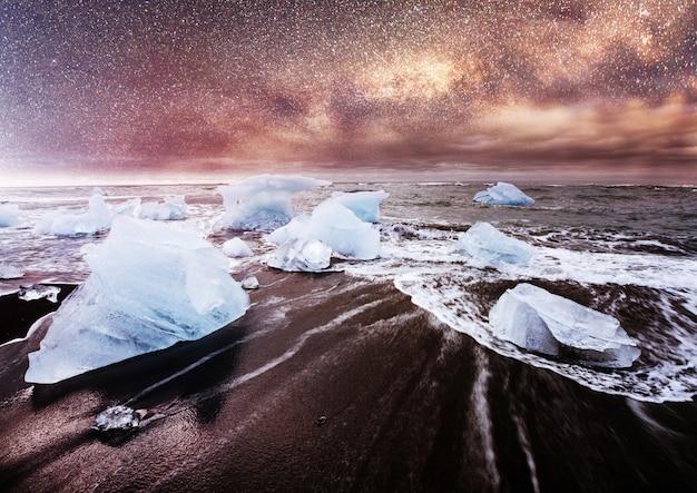 Island, jokulsarlon lagune, schönes kaltes landschaftsbild der isländischen gletscherlagunenbucht,
