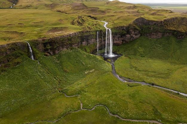 Island-landschaft des schönen wasserfalls