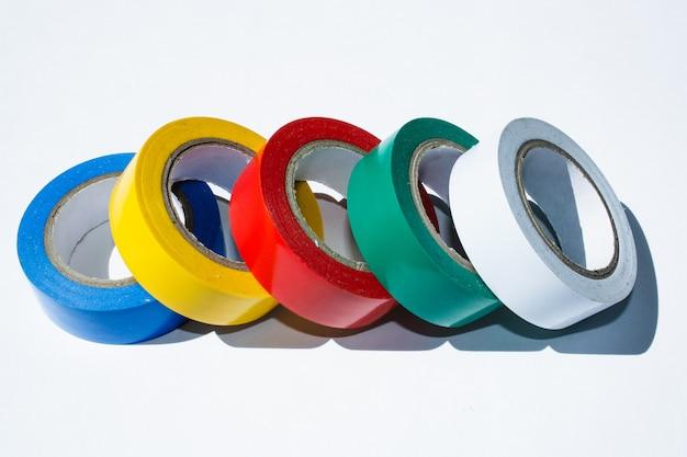 Isolierband von verschiedenen farben auf einem weißen hintergrund