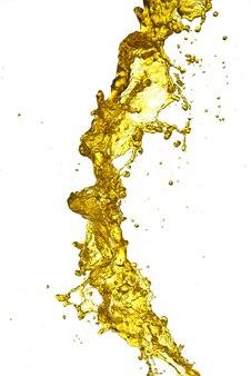 Isolieren sie spritzer von goldenem wasser spritzer bier auf einem weißen hintergrund