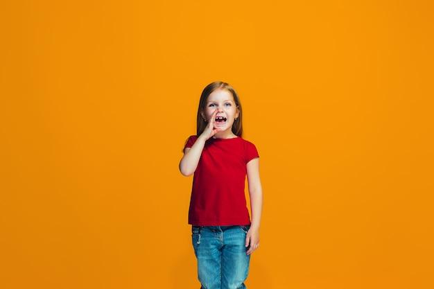 Isoliert auf rosa junges lässiges jugendlich mädchen, das im studio schreit