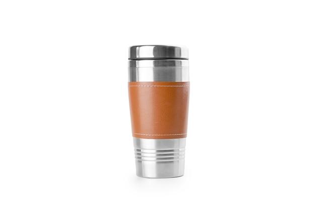 Isoliert in weißer wiederverwendbarer thermotasse aus edelstahl und leder. umweltfreundlicher lebensstil.