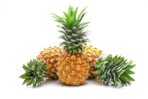 Isoliert von ananasfrucht geschnitten auf weißem hintergrund
