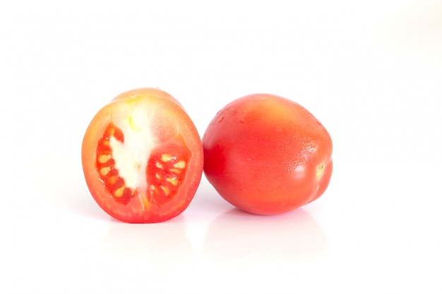 Isoliert von frischen tomaten auf weißem hintergrund