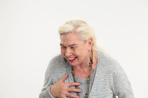 Isolierte ältere frau, die fröhliche ältere frau lacht