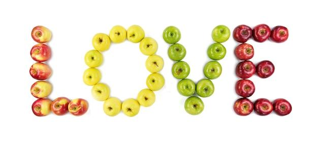 Isolierte äpfel verschiedener farben auf weißem hintergrund. liebeswort.