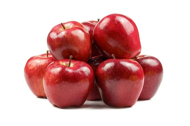 Isolierte äpfel verschiedener farben auf weißem hintergrund.