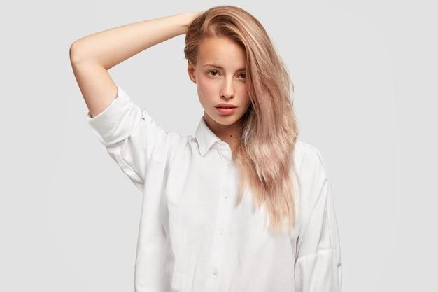 Isolierte aufnahme einer schönen hübschen frau mit langen haaren auf einer seite gekämmt