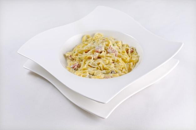 Isolierte aufnahme von pasta carbonara - perfekt für einen food-blog oder eine menüverwendung