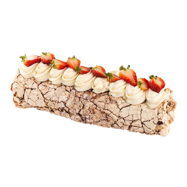Isolierte baiserrolle mit sahne verziert mit erdbeere auf der weißen oberfläche