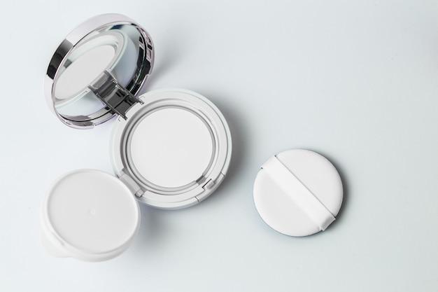 Isolierte draufsicht make-up gepresst pulver und puff