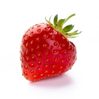 Isolierte erdbeere. einzelne erdbeerfrucht isoliert auf weißem hintergrund, mit beschneidungspfad - image