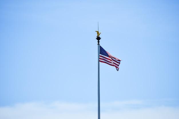 Isolierte flagge der vereinigten staaten, die im wind in einem blauen himmel weht