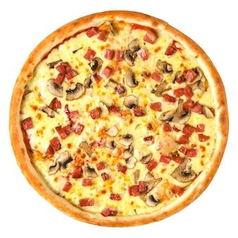 Isolierte frisch gebackene pizza mit schinken und pilzen auf weißem hintergrund