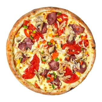 Isolierte frisch gekochte pizza mit verschiedenen belägen auf weißem hintergrund
