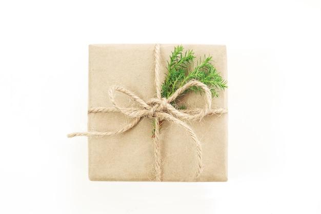 Isolierte geschenk- oder geschenkbox in bastelpapier mit schleife