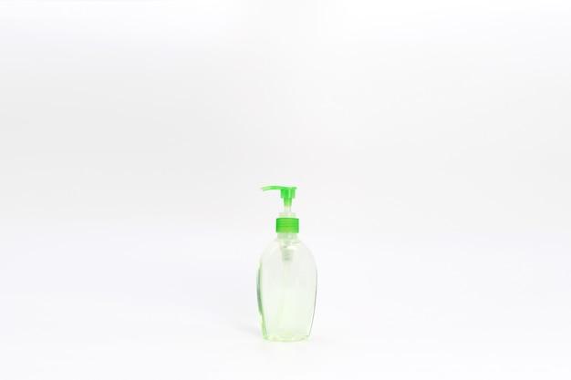Isolierte grüne alkoholgelflasche und pumpe.