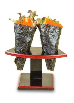 Isolierte ikura (lachsrogen) und kani mit avocado, tamago yaki (japanisches spiegelei) und ebiko (garnelenei) california oder temaki sushi hand roll auf holzständer.
