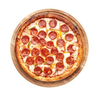 Isolierte italienische frische peperoni-pizza mit salami auf dem holzbrett